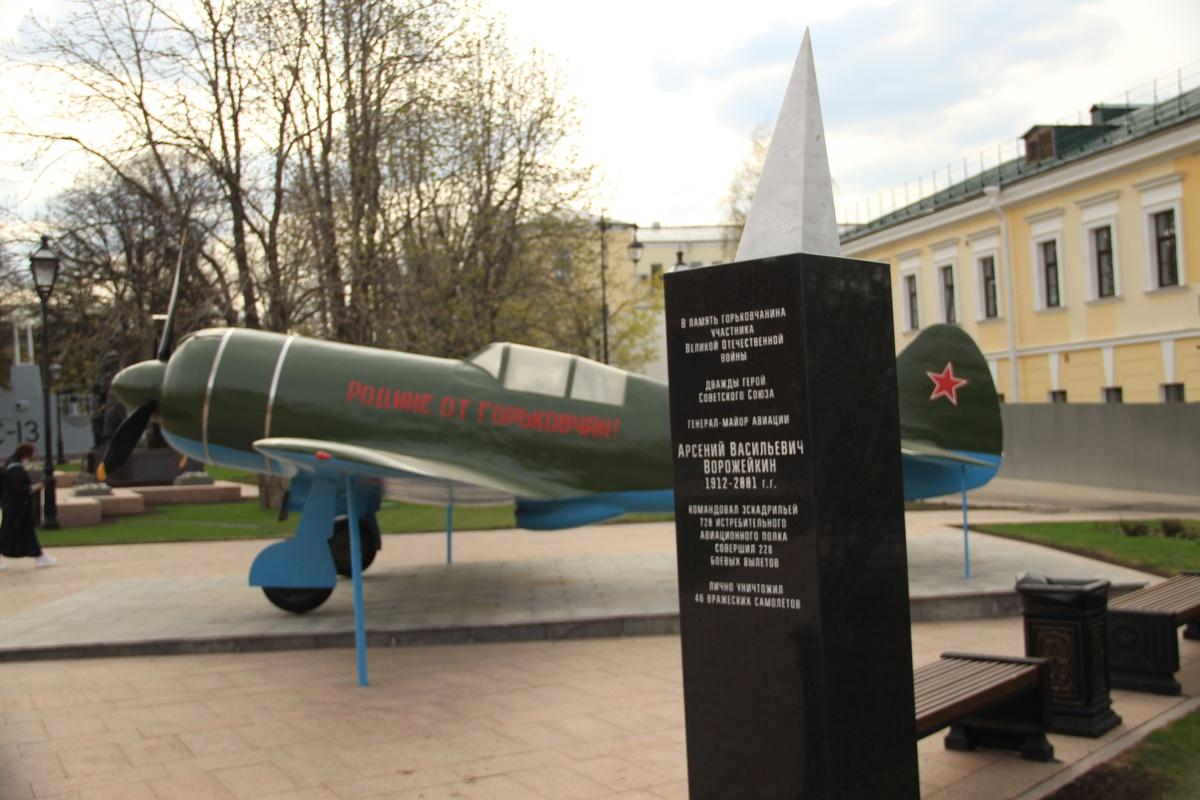 Отреставрированный памятник двум летчикам-героям вернули в Нижегородский кремль - фото 1