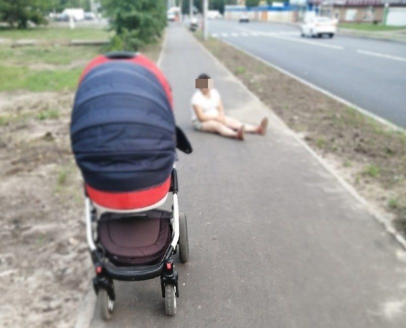 Ребенок в коляске чуть не попал под машину по вине пьяной матери в Нижнем Новгороде - фото 1