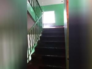 Затопление подъезда произошло в одном из домов на улице Движенцев