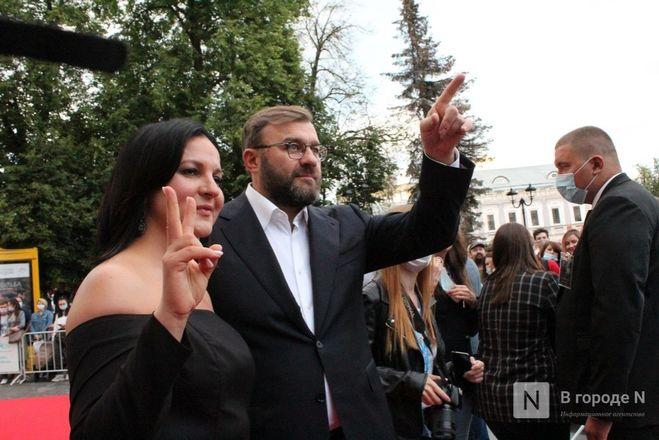 Маски на красной дорожке: звезды кино приехали на «Горький fest» в Нижний Новгород - фото 94
