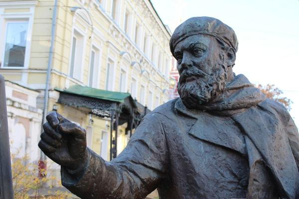 Труд в бронзе и чугуне: представителей каких профессий увековечили в Нижнем Новгороде