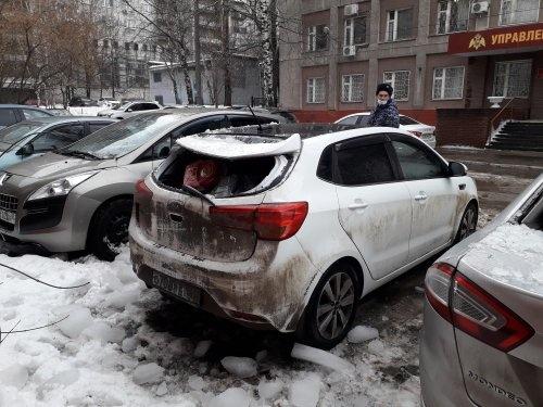 Ледяные глыбы повредили машины у отдела полиции в Нижнем Новгороде - фото 1