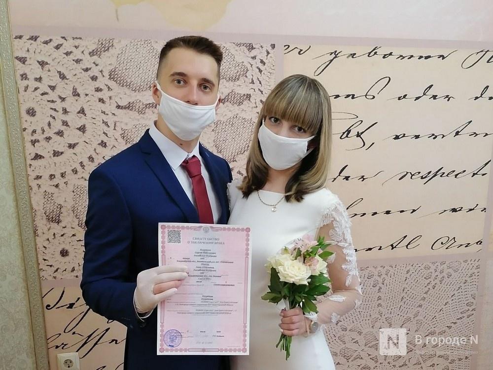 Кольцо на перчатку и никаких поцелуев: как проходят нижегородские свадьбы в пандемию - фото 1