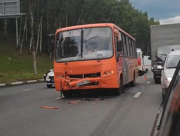 Три машины столкнулись на улице Ларина в Нижнем Новгороде - фото 2
