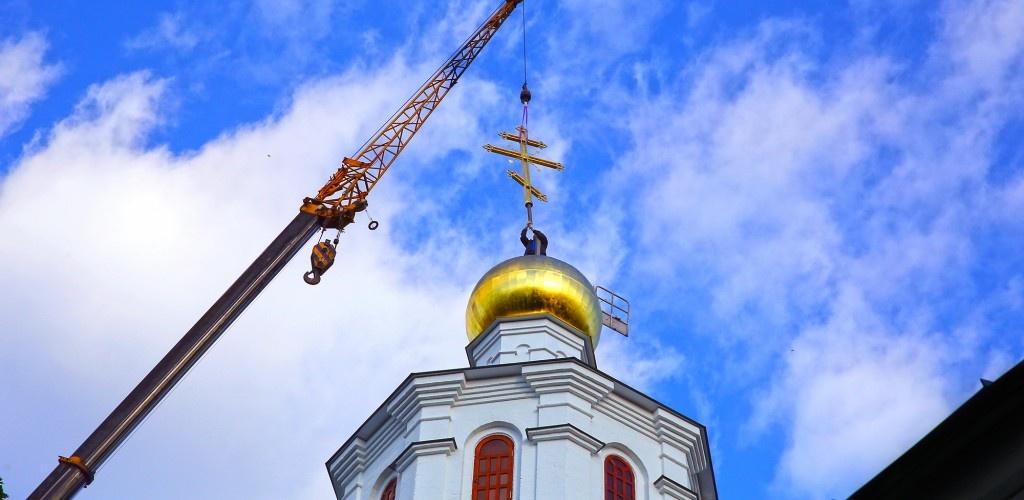 Купол и крест храма в честь Похвалы Пресвятой Богородицы освятили в Нижнем Новгороде - фото 1