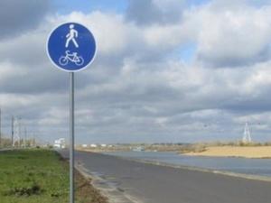 Четырехкилометровую дорожку для прогулок и спорта привели в порядок на Гребном канале