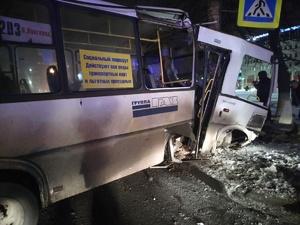 Шестерым пассажирам потребовалась помощь после столкновения автобуса с иномаркой на Сормовском шоссе