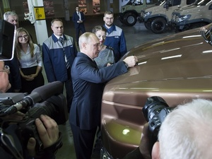 Владимир Путин подписал капот «Газели»