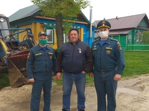 Тракториста наградили за спасение от пожара нескольких сел Вачского района