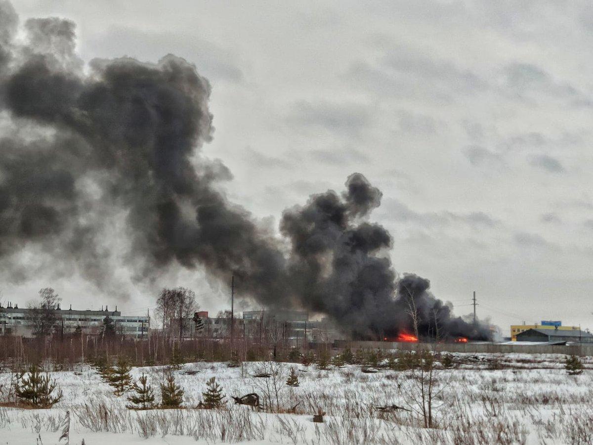 Загрязненность воздуха после сгоревшего в Дзержинске ангара изучит Роспотребнадзор - фото 1